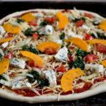 Pizza z dynią szpinakiem i serem pleśniowym