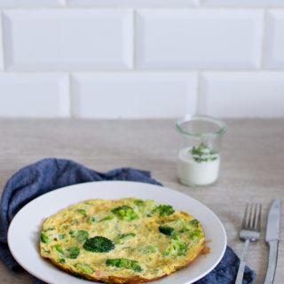Omlet z brokułem i łososiem wędzonym