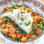 Quinoa z batatem, jarmużem i jajkiem sadzonym