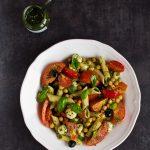 Sałatka z pomidorami, mozzarellą, makaronem z dodatkiem marchewkowego pesto