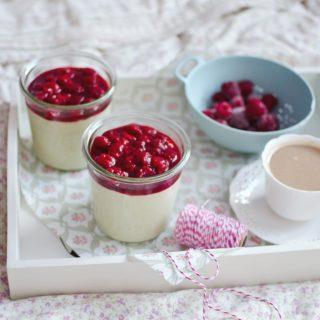 Jaglany krem z białą czekoladą, matchą i malinami