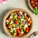 Sałatka z pomidorami, ogórkami małosolnymi i cheddarem
