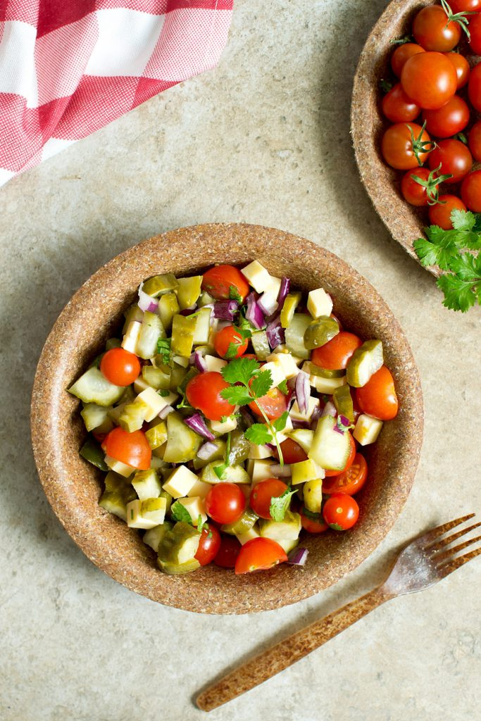 Salatka Z Pomidorami Ogorkami Malosolnymi I Cheddarem Slodkie Zycie
