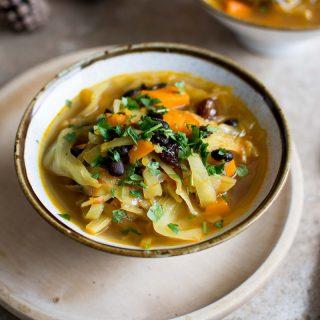 Zupa z kapustą, dynią, czarną fasolą i żurawiną