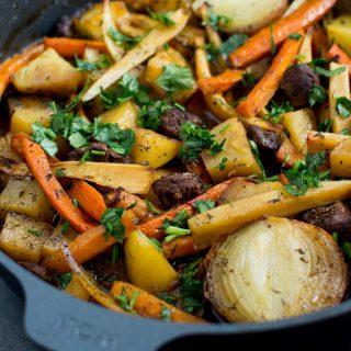 Gulasz z pieczonymi warzywami