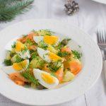 Sałatka ziemniaczana z kaparami, jajkiem i łososiem wędzonym