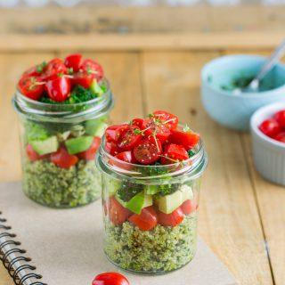 Sałatka z quinoa i zielonym pesto