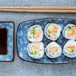 Maki sushi z pieczonym łososiem i białym serkiem