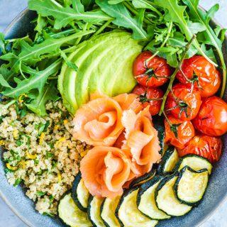 Bowl z wędzonym łososiem, komosą ryżową i warzywami